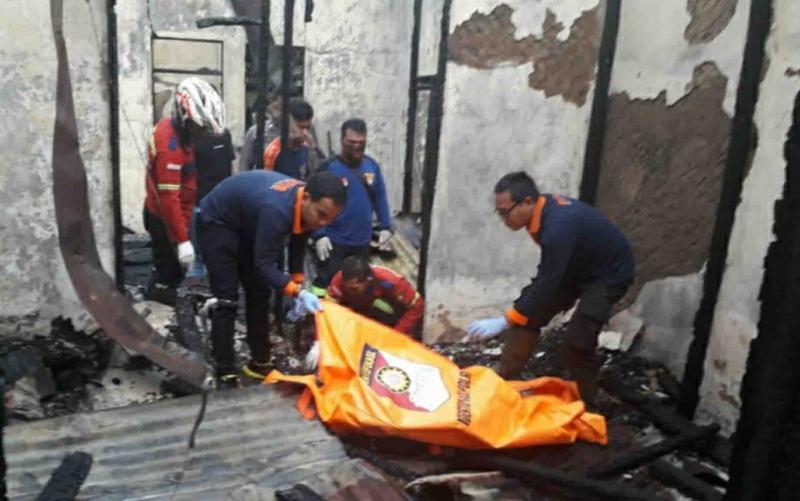 Petugas mengevakuasi jasad korban dari peristiwa kebakaran Pastoran di Kapuas, Jumat, 10 Januari 2020.