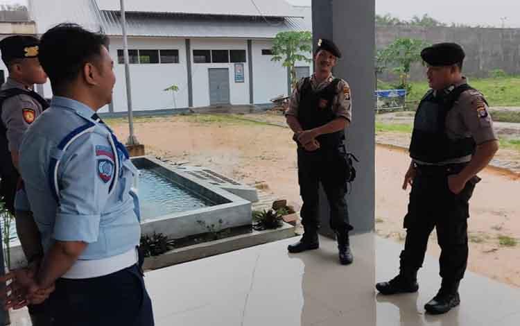 Petugas Lapas Kelas III Sukamara saat mengawal anggota Satuan Bhayangkara (Sat Sabhara) Polres Sukamarb saat melakukan patroli sambang.
