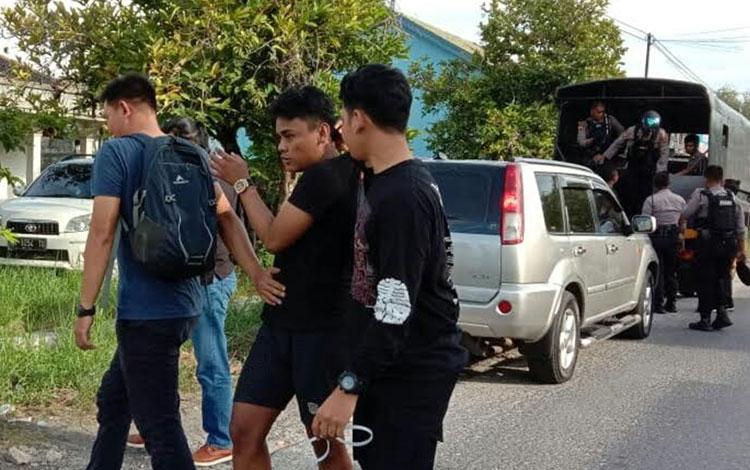 Direktorat Samapta Polda Kalteng membekuk empat pria pengguna narkoba, Kamis, 9 Januari 2020 sore.