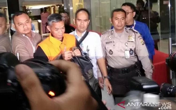 Komisioner Komisi Pemilihan Umum (KPU) Wahyu Setiawan usai diperiksa di gedung KPK, Jakarta, Jumat (10/1/2020). (Antara/Benardy Ferdiansyah)