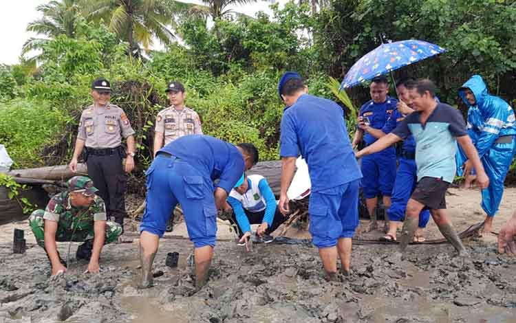 Anggota Satuan Polair Polres Sukamara menanaman pohon mangrove di Kecamatan Pantai Lunci