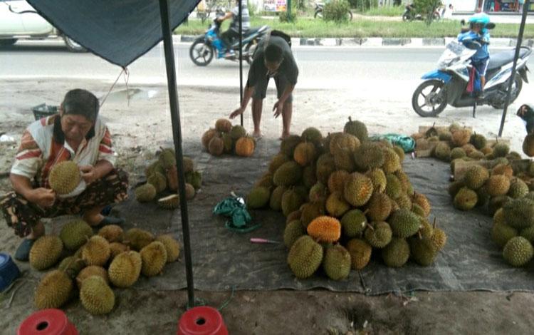 Para pedagang durian di Kota Palangka Raya berjualan di pinggir jalan dengan menggunakan atap terpal
