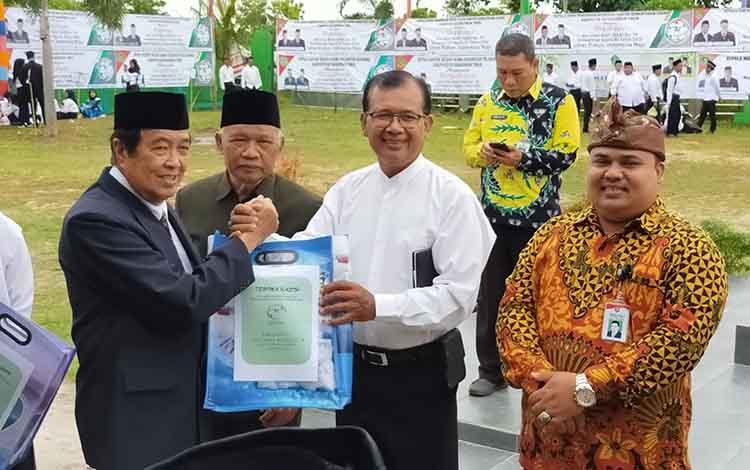 Mirona Tarigan kemeja putih saat menerima penghargaan dari Wakil Bupati Kotim di salah satu kegiatan benerapa waktu lalu