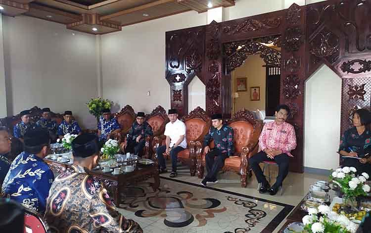 Wali Kota Palangka Raya, Fairid Naparin menerima kunjungan FKUB dari Kabupaten Penajam Paser Utara, Kaltim, Sabtu 11 Januari 2020.