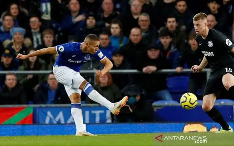 Penyerang Everton Richarlison melepaskan tembakan untuk menjebol gawang Brighton & Hove Albion dalam laga lanjutan Liga Inggris di Stadion Goodison Park, Liverpool, Inggris, Sabtu (11/1/2020). (ANTARA/REUTERS/Jason Cairnduff)