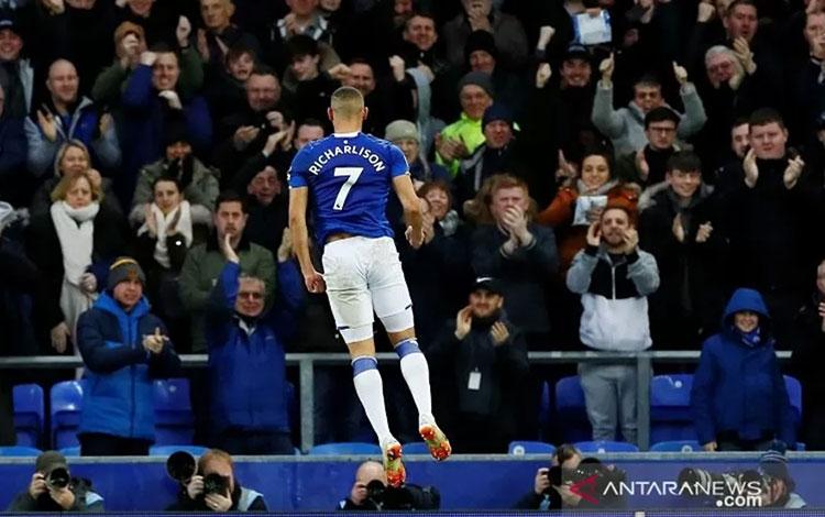 Pemain sayap Everton Richarlison merayakan golnya ke gawang Brighton & Hove Albion dalam laga lanjutan Liga Inggris di Stadion Goodison Park, Liverpool, Inggris, Sabtu (11/1/2020). ANTARA/REUTERS/Jason Cairnduff.