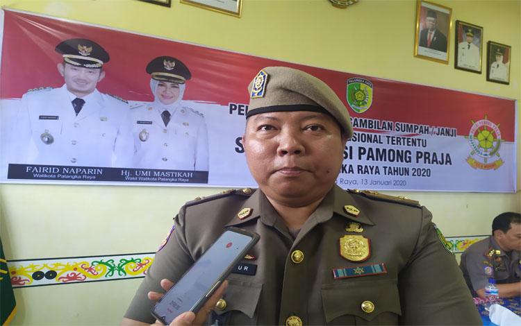 Kepala Satpol PP Kota Palangka Raya, Yohn Benhur Gohan Pangaribuan meminta kepada pedagang durian berjualan di pasar dan taman saja