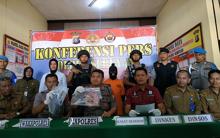 Kapolres Seruyan AKBP Agung Tri Widiantoro saat memimpin press release kasus prostitusi melibatkan anak di bawah umur, Senin, 13 Januari 2020.