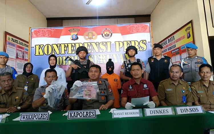 Plt Kadis Sosial Seruyan Esdi (paling kanan) mendampingi Kapolres Seruyan dalam konferensi pers kasus eksploitasi anak di bawah umur, Senin, 13 Januari 2020.