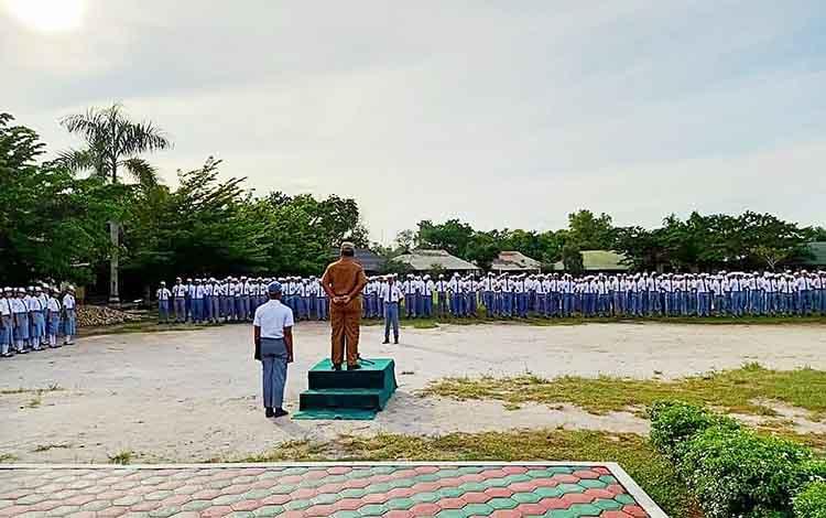 Pelaksana Tugas Kepala Dins Pendidikan atau Kadisdik Provinsi Kalimantan Tengah, H Mofit Saptono Subagio menjadi Pembina Upacara di SMAN 5 Palangka Raya pada Senin pagi, 13 Januari 2020.