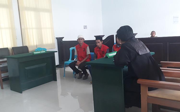 Tiga terdakwa pembakar lahan asal Kabupaten Sukamara diadili di Pengadilan Negeri Pangkalan Bun, Senin, 13 Januari 2020