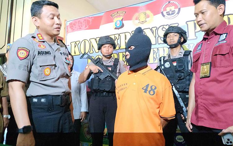 Kapolres Seruyan, AKBP Agung Tri Widiantoro saat menginterogasi tersangka SW, kasus eksploitasi anak di bawah umur dan dijadikan PSK.