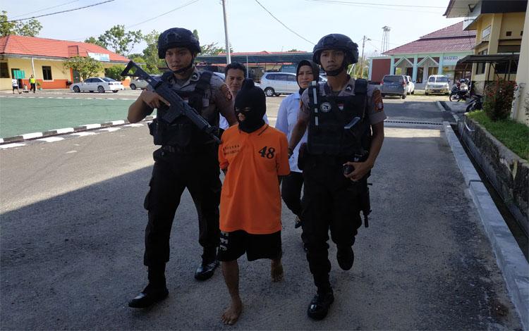 Tersangka SU pelaku penyedia jasa prostitusi yang mempekerjakan anak di bawah umur saat diamankan jajaran Polres Seruyan