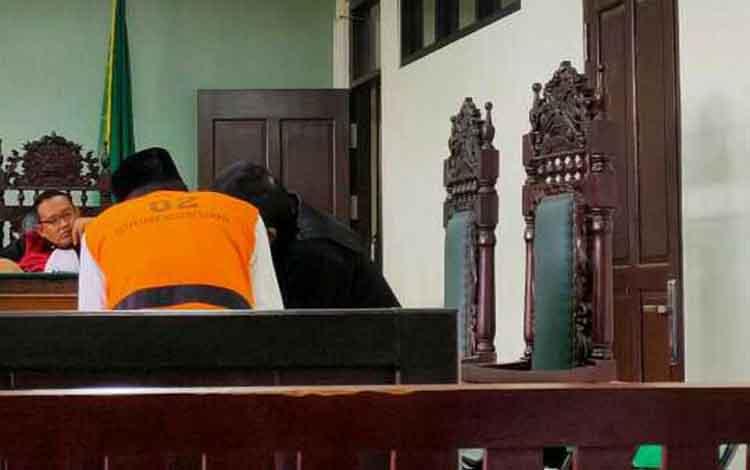 Sariman alias Bahri terdakwa kasus sabu saat koordinasi dengan penasihat hukumnya.