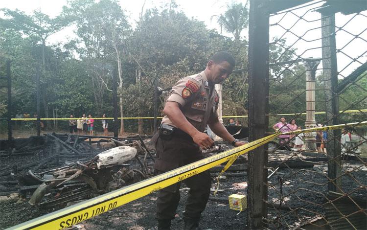 Rumah Melman terbakar tanpa banyak barang berharga yang dapat diselamatkan. Petugas kepolisian memasang police line di tempat kejadian perkara