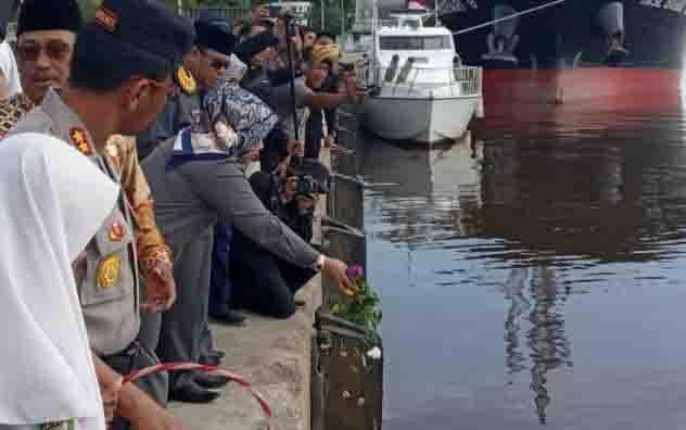Tabur bunga peringatan Pertempuran 14 Januari 1946 di Pelabuhan Panglima Utar, Kumai, Kotawaringin Barat.