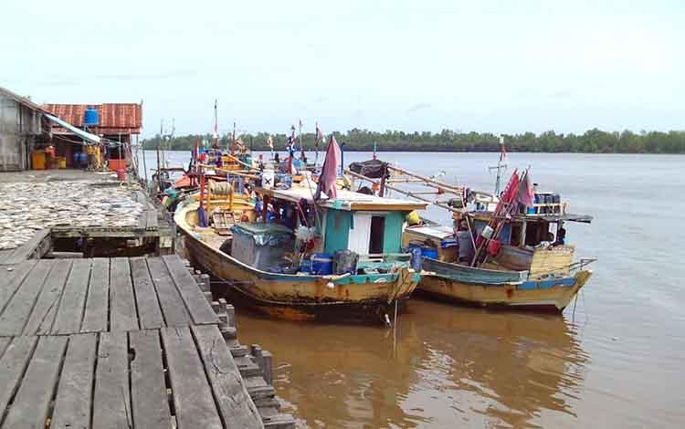Kapal Kapal Perikanansedang tambat di Pelabuhan Perikanan Kuala Pembuang
