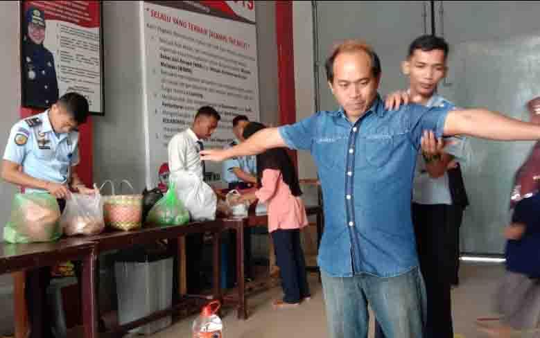 Pengunjung Lapas Pangkalan Bun diperiksa ketat oleh petugas, untuk mencegah masuknya barang berbahaya.