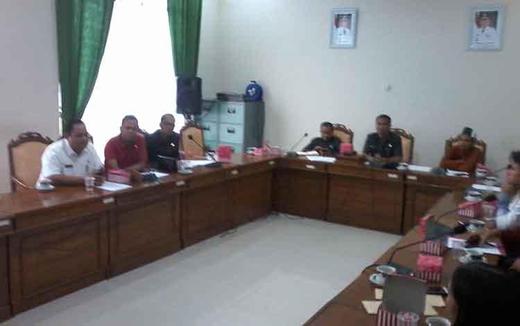 Suasana RDP Komisi I DPRD Katingan dengan mahasiswa terkait beasiswa
