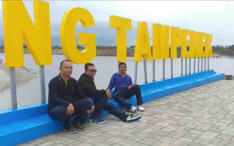 Bupati Sukamara, Wakil Bupati, dan Kajari bersantai di Danau Tampenek.