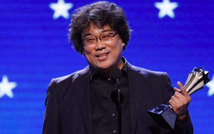 Sutradara Bong Joon-ho menerima penghargaan sutradara terbaik untuk di Parasite Critics Choice Awards, California, 12 Januari 2020. (REUTERS/Mario Anzuoni)