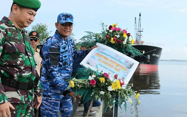 Danlanud Iskandar Letkol Pnb Didik Setiya Nugroho melepaskan karangan bunga usai pimpin upacara Peringatan Pertempuran 14 Januari, di Dermaga Pelabuhan Panglima Utar Kecamatan Kumai, Selasa, 14 Januari 2020.