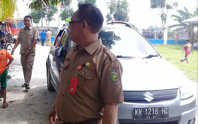 Plt Kepala Dinas Pendidikan Kota Palangka Raya, Jonson Gultom saat di lokasi kebakaran SDN 2 Panarung, Selasa 14 Januari 2020