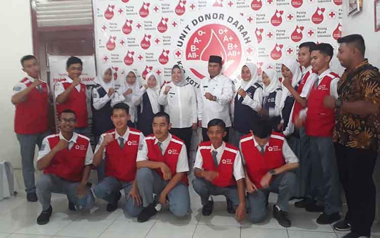 Bupati Kobar Hj Nurhidayah bersama Wakil Bupati Kobar Ahmadi Riansyah foto bersama usai launching aplikasi SIMDONDAR, di PMI Kobar, Rabu, 15 Januari 2020.
