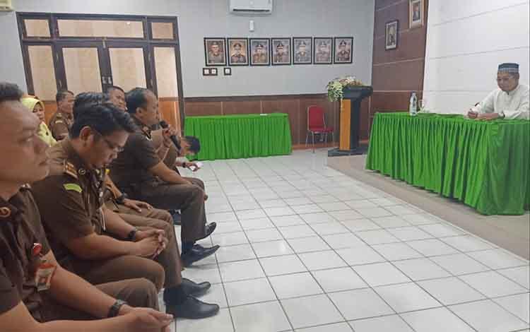 Kajari Bartim Roy Rovalino Herudiansyah bersama pegawai dan staf mengikuti ceramah agama dengan hikmat