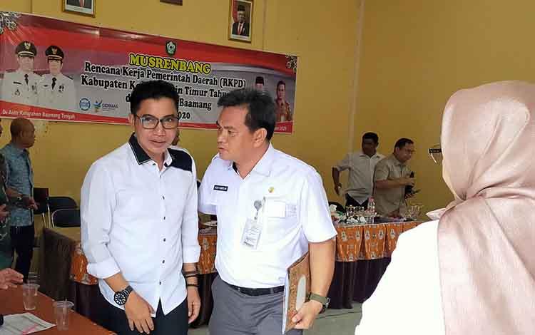 Bupati Kotim Supian Hadi saat berbincang dengan Plt Camat Baamang Rodi Kamislam. Pemerintah Kotim akan lakukan pelebaran di Jalan Muchran Ali Baamang, Rabu, 15 Januari 2020.