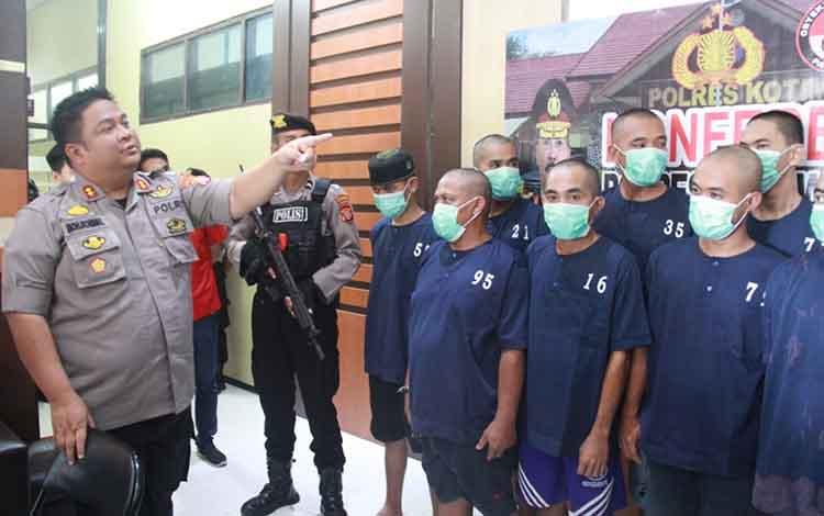 Kapolres Kotim AKBP Mohammad Rommel saat introgasi tersangka sabu. 1 orang dari 13 tersangka narkoba diketahui anak di bawah umur, Rabu, 15 Januari 2020.