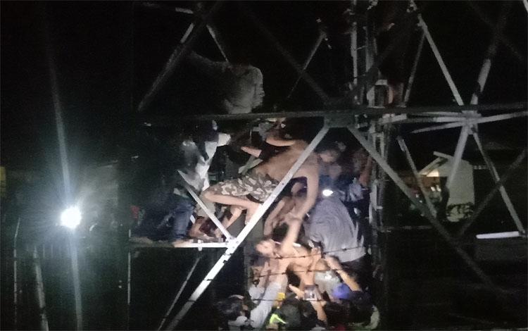 Eko saat diturunkan dari atas tower Indosat di Jalan Rindang Banua, Palangka Raya, Rabu 15 Januari 2020