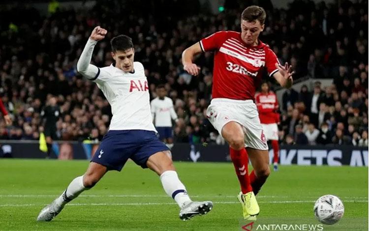 Gelandang serang Tottenham Hotspur Erik Lamela (kiri) melepaskan tembakan untuk mencetak gol ke gawang Middlesbrough dalam laga ulang putaran ketiga Piala FA di Stadion Tottenham Hotspur, London, Inggris, Selasa (14/1/2020) waktu setempat. (ANTARA/REUTERS