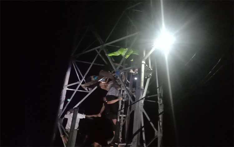 Proses penurunan Eko dari atas tower Indosat di Jalan Rindang Banua, Gang Sayur, Palangka Raya, Rabu 15 Januari 2020