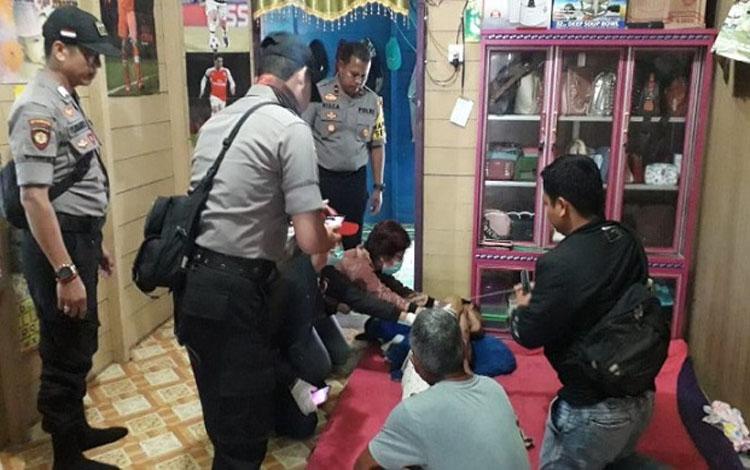 Anggota Polsek Sepang memeriksa kondisi pemuda yang meninggal karena bunuh diri
