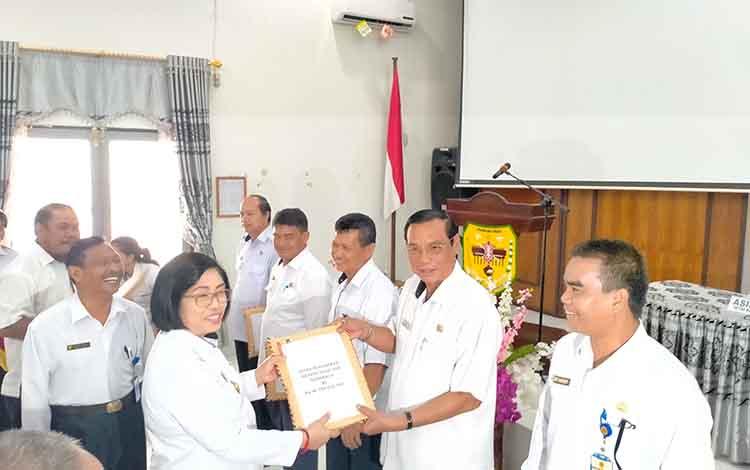 Wakil Bupati Gunung Mas, Efrensia Lp Umbing menyerahkan DPA tahun anggaran 2020