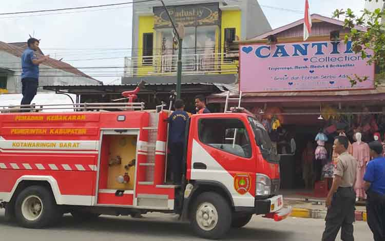 Akibar korsleting listrik, toko boneka nyaris hangus terbakar, di Jalan Pangeran Antasari, Rabu, 15 Januari 2020.