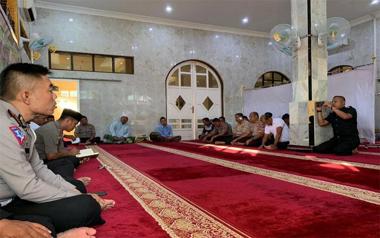 Jajaran Polres Barito Timur mengadakan khataman Alquran dalam rangka peresmian Masjid Al-Harist dan lapangan voli