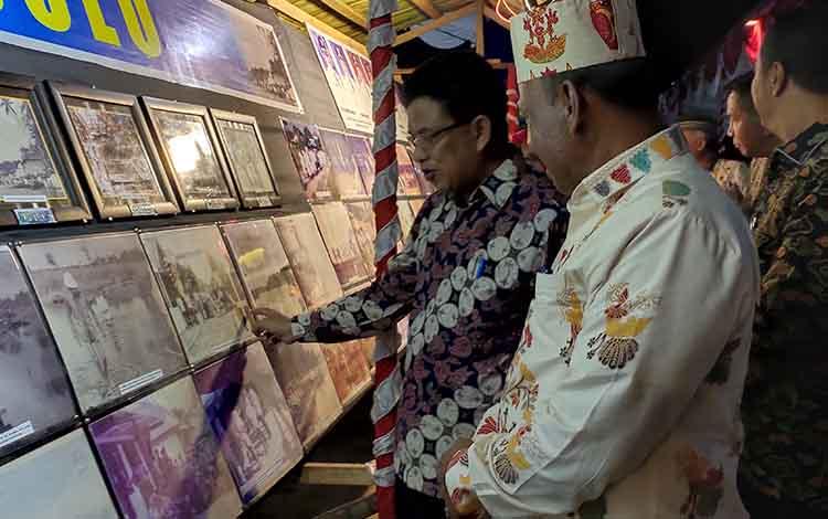 Wakil Bupati Sukamara, Ahmadi saat melihat foto-foto tempo dulu di taman literasi