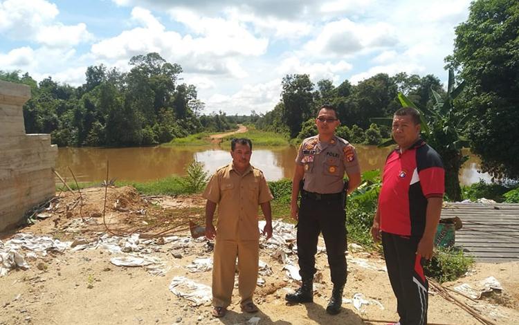 Kapolsek Arsel AKP Rendra Aditya bersama pejabat Kecamatan Arsel mengecek debit air sungai.