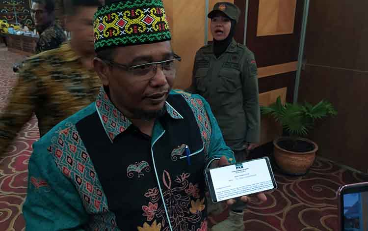 Wakil Gubernur Kalteng, Said Ismail saat menunjukan rekomendasi PKB atas dirinya dan Sugianto Sabran Gub dan Wagub jilid II