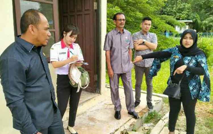 Anggota Komisi IV DPRD Kotim saat sidak di PDAM Desa Luwuk Ranggan, Kecamatan Cempaga