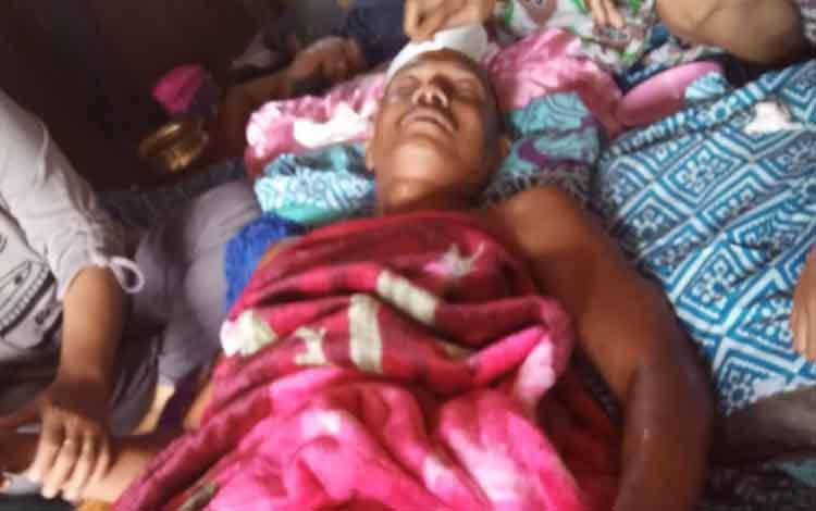 Wardiman (44) warga Desa Samba Bakumpai yang hilang selama 2 hari ditemukan selamat. Nampak ia mendapat perawatan di rumahnya setelah.