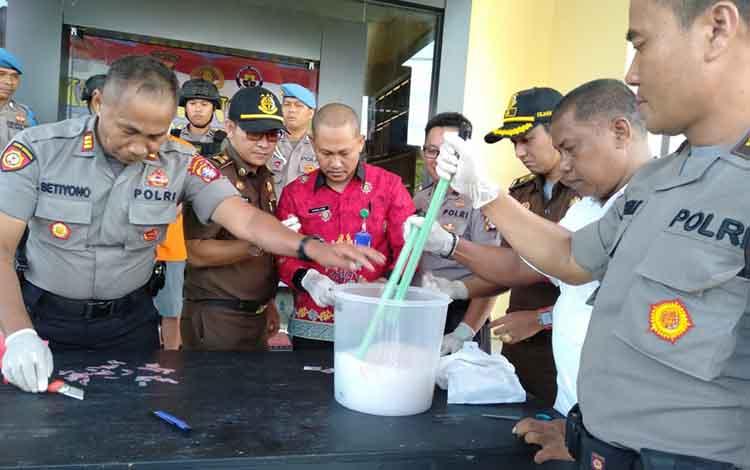 Pemusnahan barang bukti 179 paket sabu di Polres Seruyan, Kamis, 16 Januari 2020.