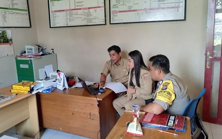 Bhabinkamtibmas Polsek Kolam Brigpol Agus Setiawansyah meninjau pelayanan di Kantor Desa Riam Durian, Kecamatan Kolam.