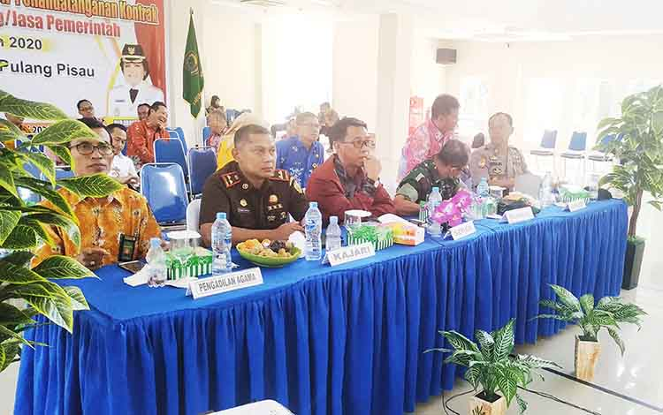 Pj Sekda dan Forkopimda di Kabupaten Pulang Pisau saat melakukan video conference dengan Pemerintah Provinsi Kalimantan Tengah