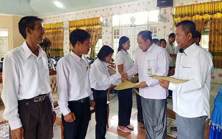 Para penyuluh Agama Hindu Non PNS Periode 2020-2022 menerima SK pengangkatan dari Kemenag Kapuas.