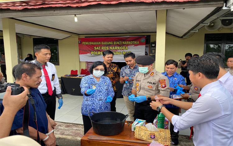 Wakil Bupati Gunung Mas Efrensia Lp Umbing dan Kapolres AKBP Rudi Asriman memunsnahkan sabu, Jumat 17 Januari 2020
