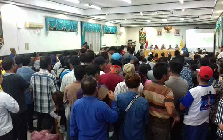 Warga Desa Sebabi rapat di aula Setda Kotim terkait persoalan lahan di PT SSM.