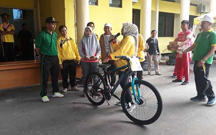 Senam bersama ASN Kobar diwarnai pembagian hadiah. Salah satu hadiah utama sepeda Polygon diserahkan oleh Bupati Kobar Hj Nurhidayah kepada pemenang. Jumat, 17 Januari 2020.